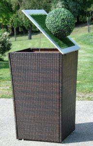 Mülltonnenverkleidung aus Rattan mit Buxbaum und Solarlicht
